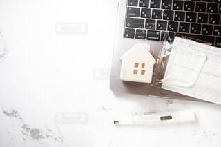 パソコン、体調不良、在宅、休むの写真・画像素材[3083536]