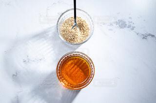胡麻油と白ゴマ。料理・調理イメージ。の写真・画像素材[3849474]
