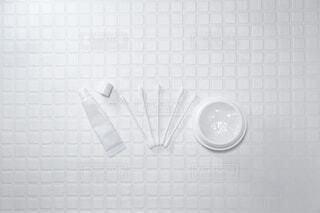 保湿クリームやリップなど白いスキンケア用品でおうち美容。の写真・画像素材[3928542]