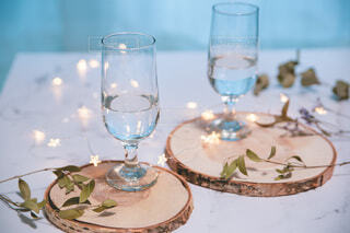 飲み物のグラスとキラキライルミネーション。パーティー・おうち時間・テーブルフォトの写真・画像素材[3935818]