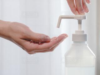 アルコール消毒スプレーで手を消毒する。新型コロナウイルス予防対策。の写真・画像素材[4030885]