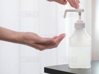 アルコール消毒スプレーで手を消毒する。新型コロナウイルス予防対策。の写真・画像素材[4030886]