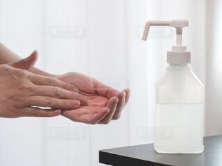 アルコール消毒スプレーで手を消毒する。新型コロナウイルス予防対策。の写真・画像素材[4030891]