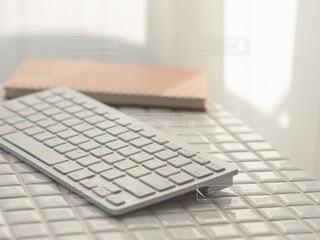 パソコンのキーボードと手元。テレワーク、在宅勤務、おうち時間。の写真・画像素材[4394991]