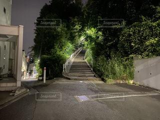 道路の脇に焦点を当てた街の風景の写真・画像素材[3306660]