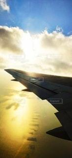 夕暮れの飛行機の写真・画像素材[3086573]