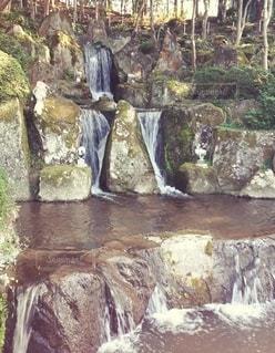 岩壁の滝の写真・画像素材[3081320]