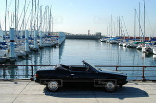 ヨットハーバー マセラティオープンカーの写真・画像素材[3398734]
