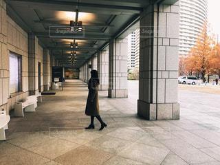 美術館の前にいる女の子 - No.1009038