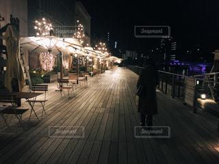 夜のライトアップされた街の写真・画像素材[1009040]