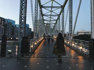橋を渡って歩いている人 - No.1009041
