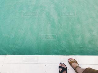 水面とサンダルの写真・画像素材[1111485]