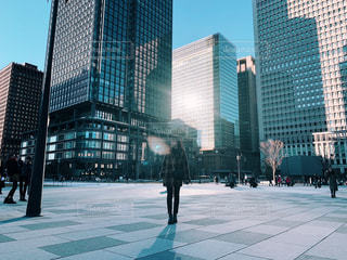 都会の歩道を歩く人の写真・画像素材[2332519]