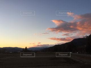 山に沈む夕日の写真・画像素材[3081020]