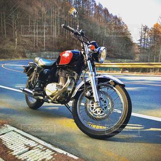 道路の脇に止まっているオートバイの写真・画像素材[3083576]