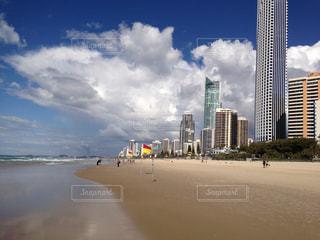 背景に都市のあるオーストラリアのビーチの写真・画像素材[3088179]