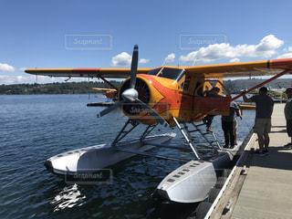 水の体の上に座っている小さな飛行機の写真・画像素材[1321147]