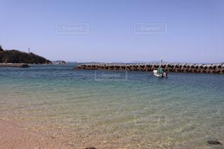 青い空と青い海そして釣り船の写真・画像素材[3086218]