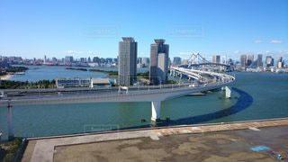 都市を背景にした水の体に架かる橋の写真・画像素材[3103109]