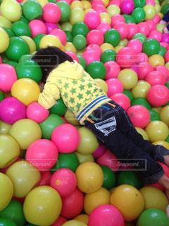 ボールに埋もれる子供の写真・画像素材[3128050]