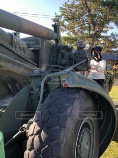 軍用車両に乗る子供!の写真・画像素材[3129105]