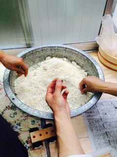 たらいのなかの米麹の写真・画像素材[3089523]