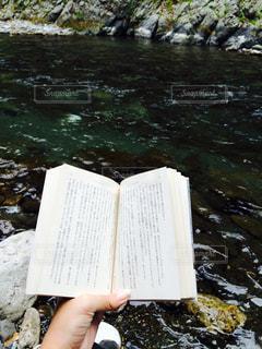 水辺で読書の写真・画像素材[3091085]