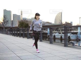 歩道ジョギングする女性の写真・画像素材[3109251]