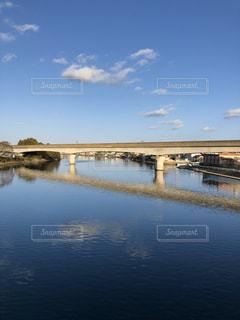 水の体に架かる橋の写真・画像素材[3089679]