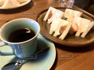 コーヒーとフルーツサンドの写真・画像素材[3149696]