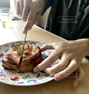 デニッシュグラタンパンをカッティングの写真・画像素材[3251914]