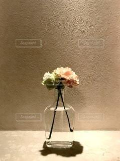 テーブルの上に座る花で満たされた花瓶の写真・画像素材[3778821]