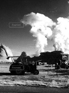 廃墟のトラクターの写真・画像素材[3094266]