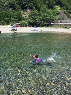 川で泳ぐ子供の写真・画像素材[3094488]