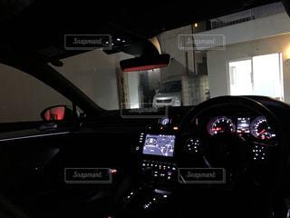夜にライトアップされる車の写真・画像素材[3096129]