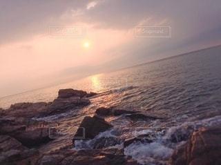 岩場から見る夕日の写真・画像素材[3137827]
