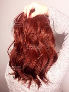 カメラを見ている赤い髪の女性の写真・画像素材[3173650]