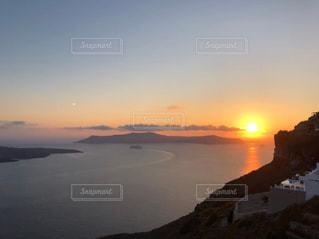 水の体に沈む夕日の写真・画像素材[3097975]