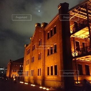 夜にライトアップされた倉庫の写真・画像素材[3101151]