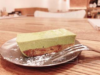 木製のテーブルの上に、ベビーリーフケーキの写真・画像素材[3104166]