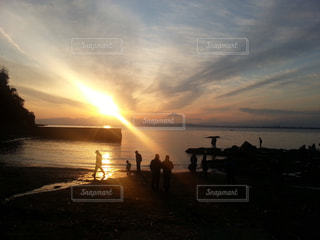 海、夕日を背景、夕焼けの写真・画像素材[3110142]