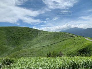 緑豊かな丘の中腹の近くの写真・画像素材[3109390]