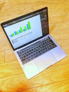 MacBookで作業中の写真・画像素材[3200541]