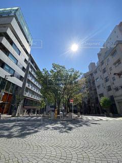 建物の側面に焦点を当てたストリートシーンの写真・画像素材[3131467]