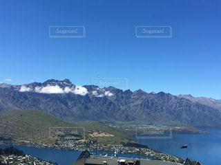 背景に山のある大きな水域の写真・画像素材[3114138]