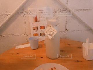 テーブルの上にコーヒーを一杯入れるの写真・画像素材[3113399]