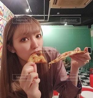 ピザを食べる女性の写真・画像素材[3115005]