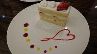 テーブルにケーキをトッピングした白い皿の写真・画像素材[3115034]