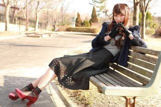 公園のベンチに座っている人の写真・画像素材[3201268]