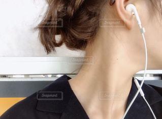 シャツを着た女性 ヘアアレンジの写真・画像素材[3121709]